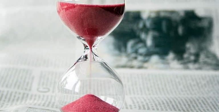 שעון חול המתאר את 7 שנים הקשות בעקבות עליית הריבית
